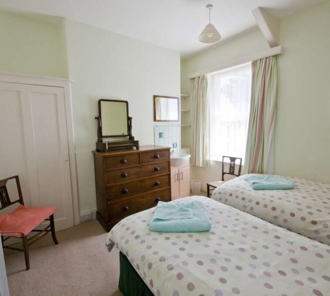 2 Pentire View, twin-bedded room